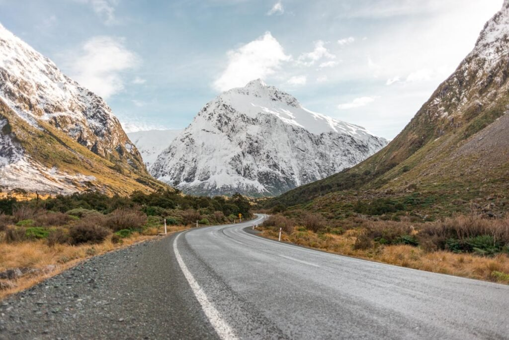 The road through the Eglinton Valley between Queenstown an Milford Sound