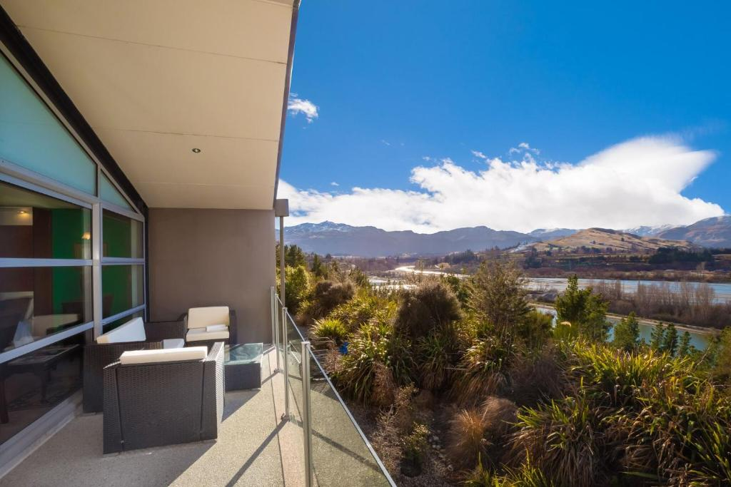 the balcony at Shotover Ridge holiday apartment in Queenstown