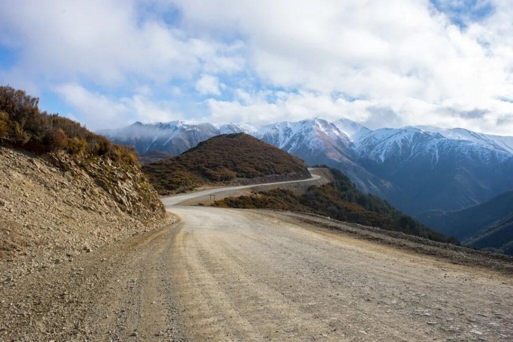 road to mt hutt along the drive between Christchurch and Lake Tekapo